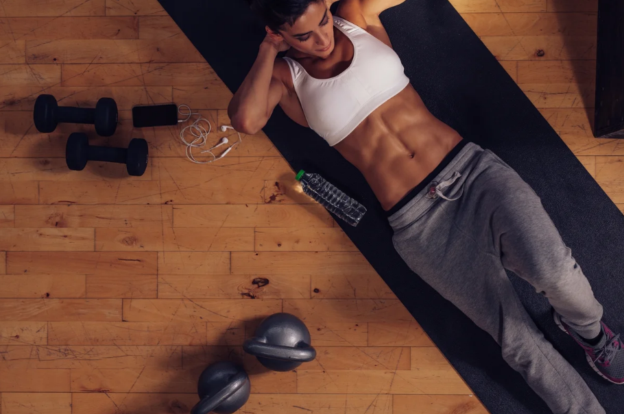 Workout at home by lifting weights: pros and cons